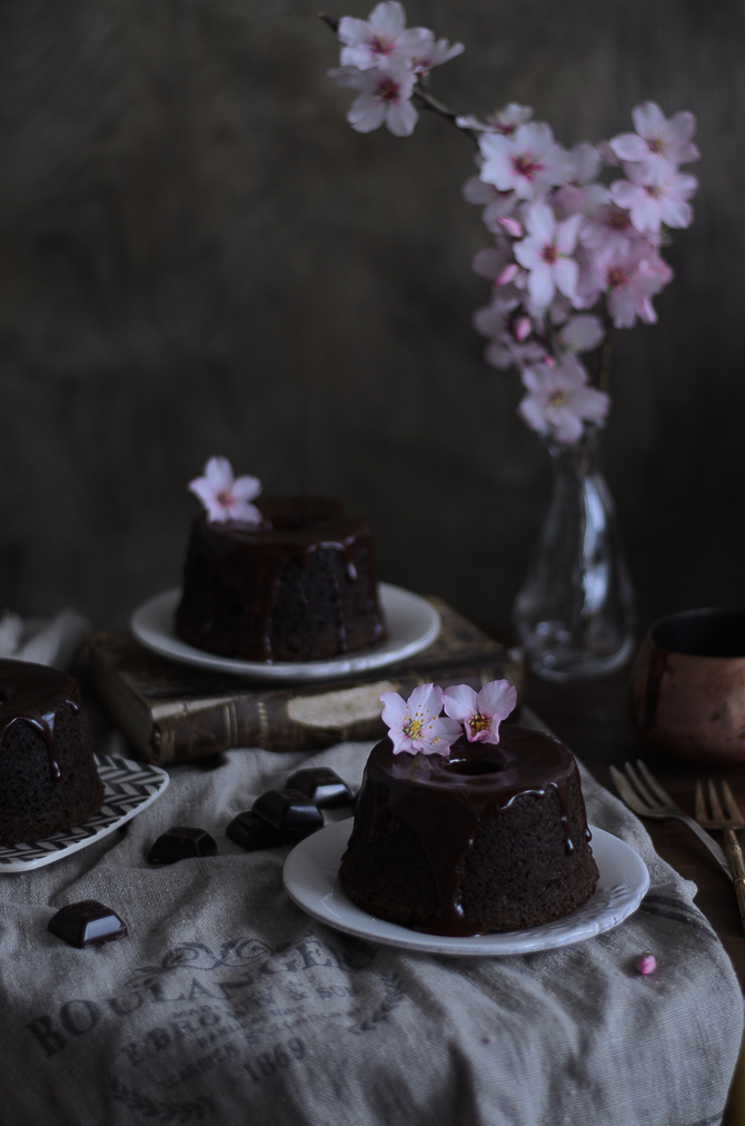 Bolos de chocolate, amêndoa e sésamo preto // Chocolate, almond & black sesame bundts