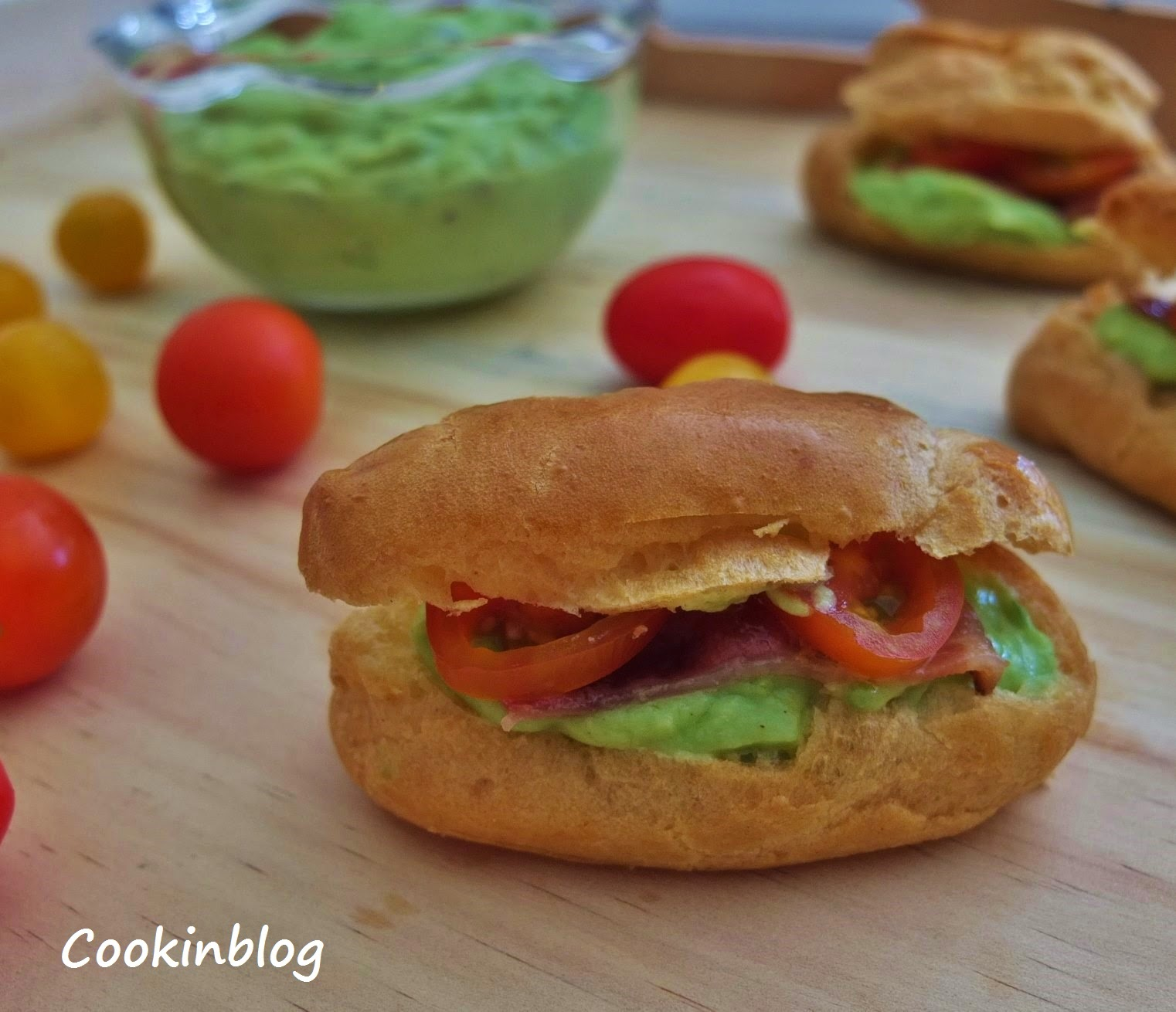 Mini éclairs com mousse de abacate, bacon e tomate cherry | Small éclairs with avocado mousse, bacon and cherry tomatoes